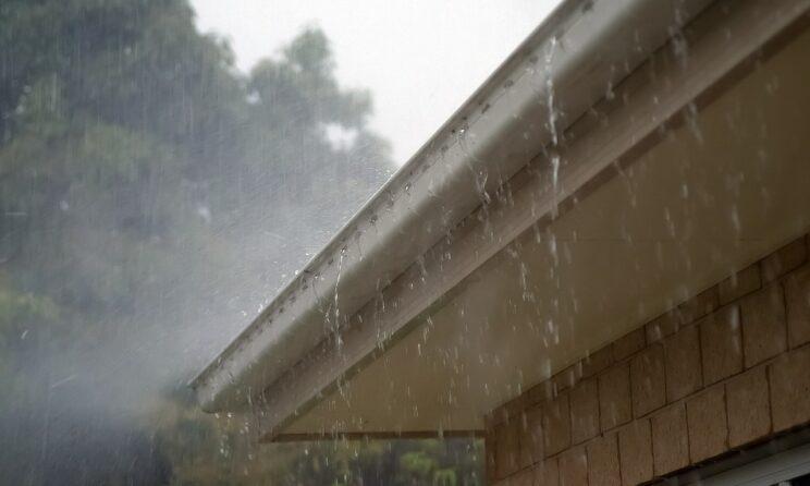 Regn på tagrende der er stoppet