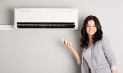 Dame holder fjernbetjening til varmepumpe