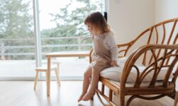 Barn hopper ned fra stol