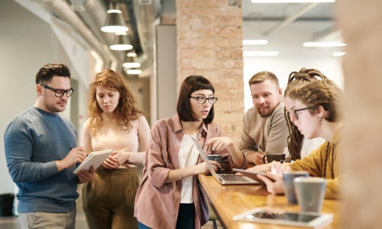 Gruppe af folk der er på arbejde