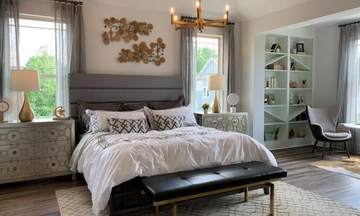 Hvid seng i et pænt rum