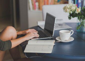 Dame sidder med computer og arbejder