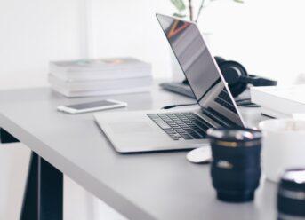 Bærbar computer står på bord
